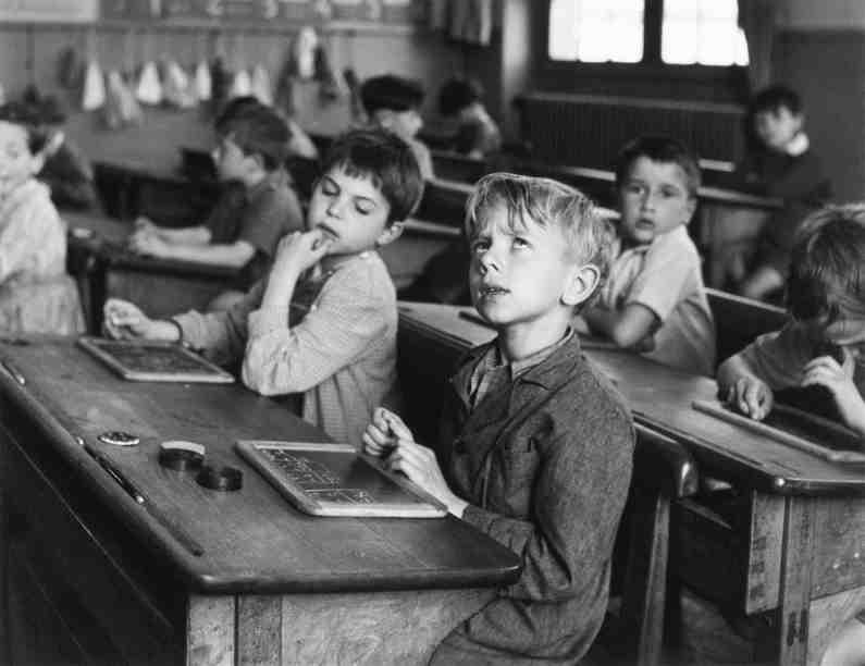 Robert-Doisneau-Linformazione-scolastica-Parigi-1956
