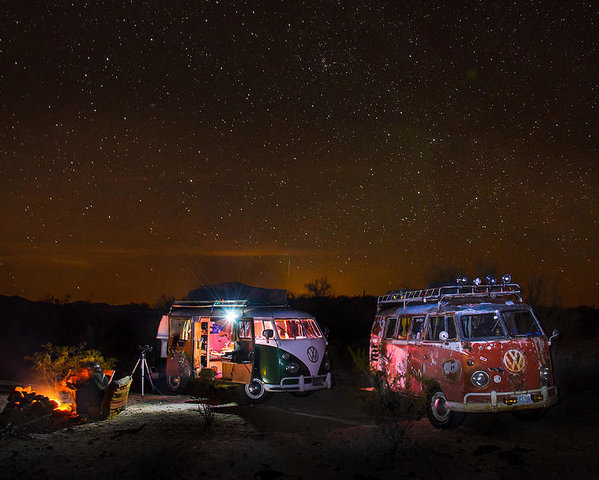 vw-microbuses-camping-under-the-desert-stars-richard-kimbrough